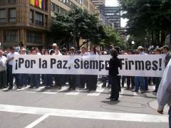 colombianos marchando por la paz