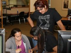 Rita Laura Melgar, de pie, mientras da tutoría a estudiantes de matemáticas en la Universidad de San Francisco. Esta salvadoreña comenzará a trabajar en la NASA en junio próximo.